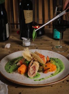 Piščančja rolada z zelenjaco in bučnim pirejem